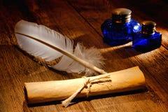 Rolo do papel de pergaminho da antiguidade e Quill velho da escrita Foto de Stock Royalty Free
