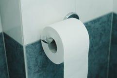rolo do papel higiênico no banheiro fotos de stock