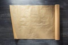 Rolo do papel marrom na madeira foto de stock