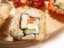 Rolo do sushi com o close up da enguia e dos salmões Fotografia de Stock Royalty Free