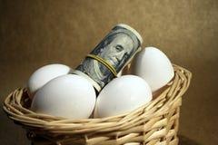 Rolo dos dólares com ovos imagem de stock