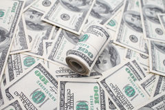 Rolo dos dólares no fundo de 100 notas de dólar Foto de Stock Royalty Free