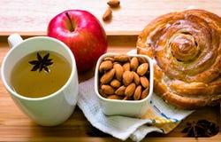 Rolo e café da manhã do chá foto de stock royalty free