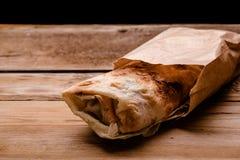 Rolo fresco do giroscópio do sanduíche de Shawarma do falafel RecipeTin Eatsfilled do shawarma da carne da galinha do pão do pão  imagens de stock