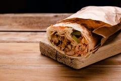 Rolo fresco do giroscópio do sanduíche de Shawarma do falafel RecipeTin Eatsfilled do shawarma da carne da galinha do pão do pão  imagem de stock royalty free