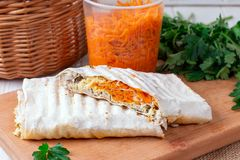 Rolo fresco do giroscópio do sanduíche de Shawarma do pão do pão árabe do lavash fotos de stock royalty free