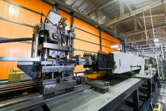 Rolo que forma a máquina O interior da planta produzindo um perfil do metal imagens de stock