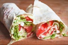 rolos com pão do pão árabe com vegetais Fotografia de Stock