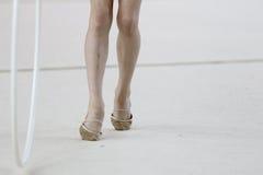 Rolos da aro da ginástica rítmica de pé de atletas Imagem de Stock
