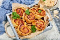 Rolos da pizza da massa folhada com presunto e queijo foto de stock