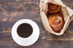 Rolos de canela com café fotos de stock royalty free