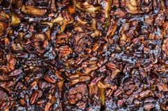 Rolos de canela com caramelo e porcas Fotos de Stock Royalty Free
