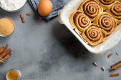 Rolos de canela com ingredientes Fotografia de Stock