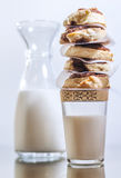 Rolos de canela doces com leite imagens de stock