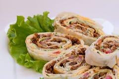 Rolos de carne com salada verde em uma placa. Fotos de Stock Royalty Free