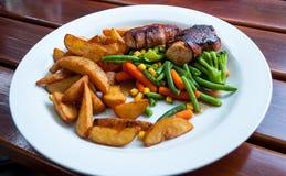 Rolos de carne e vegetais cozinhados Fotos de Stock