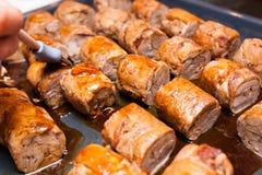 Rolos de carne na bandeja metálica Fotografia de Stock