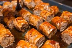 Rolos de carne na bandeja metálica Imagem de Stock