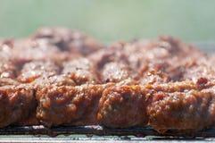 "Rolos de carne triturados mititei no †da grade (alimento romeno tradicional) "", mici Fotografia de Stock Royalty Free"