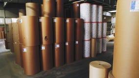 Rolos de empacotamento do papel e da etiqueta no grande armazém vídeos de arquivo
