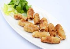 Rolos de mola de Fried Vietnamese com as ervas no prato branco imagens de stock