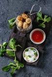 Rolos de mola fritados com molho Fotos de Stock