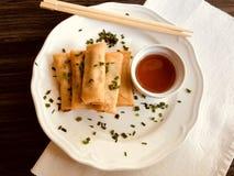 Rolos de mola fritados com vegetais e molho fotografia de stock
