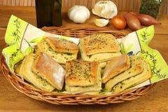 Rolos de pão do alho na cesta imagem de stock royalty free