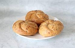 Rolos de pão em uma placa imagem de stock