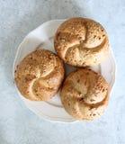 Rolos de pão em uma placa fotografia de stock