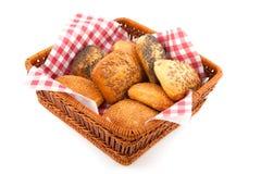Rolos de pão luxuosos na cesta Fotografia de Stock
