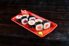 Rolos de sushi ajustados fotos de stock