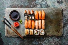 Rolos de sushi ajustados na ardósia de pedra imagens de stock