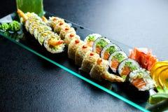 Rolos de sushi ajustados servidos na placa de vidro Imagens de Stock Royalty Free