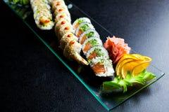 Rolos de sushi ajustados servidos na placa de vidro Fotos de Stock Royalty Free