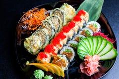 Rolos de sushi ajustados servidos na placa de vidro Foto de Stock Royalty Free