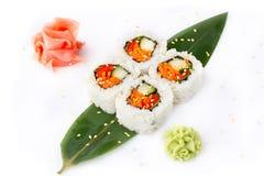 Rolos de sushi apetitosos com com os vegetais em um fundo branco Alimento japonês Rolos do vegetariano Isolado Rolos de sushi em  fotografia de stock royalty free