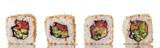 Rolos de sushi asiáticos do prato com os peixes vermelhos isolados no branco Fotos de Stock Royalty Free