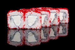 Rolos de sushi com as ovas do queijo macio e dos peixes de voo Imagem de Stock Royalty Free