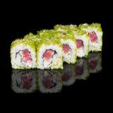 Rolos de sushi com as ovas dos peixes do atum, do pepino e de voo Fotografia de Stock