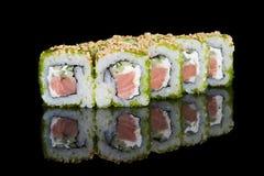 Rolos de sushi com as ovas dos peixes dos salmões, do pepino e de voo Imagem de Stock