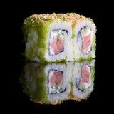 Rolos de sushi com as ovas dos peixes dos salmões, do pepino e de voo Foto de Stock Royalty Free