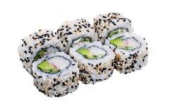 Rolos de sushi com as sementes de sésamo isoladas no fundo branco Foto de Stock