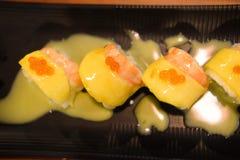 Rolos de sushi com camarão e manga Imagens de Stock Royalty Free