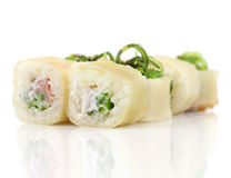 Rolos de sushi com camarão, queijo, atum, alga do wakame Imagem de Stock Royalty Free