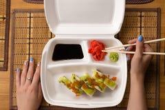 Rolos de sushi com caviar e o quivi salmon Fotos de Stock Royalty Free