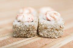 Rolos de sushi com close-up do sésamo e do molho no defocus 2 Fotos de Stock