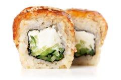 Rolos de sushi com o queijo creme, o nori e o pepino cobertos com a EE Imagem de Stock Royalty Free