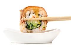 Rolos de sushi com o queijo creme, o nori e o pepino cobertos com a EE Imagem de Stock