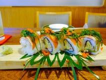 Rolos de sushi com os ovos da alga & do camarão Imagens de Stock Royalty Free